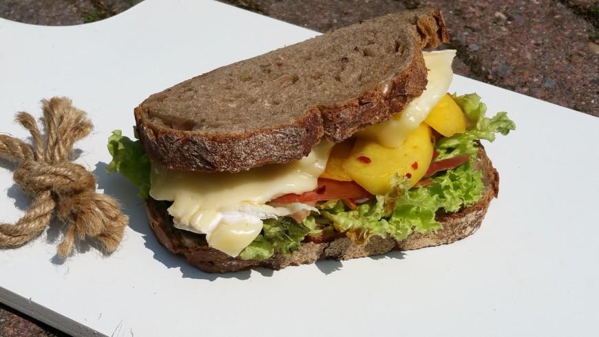 Sandwich met perzik, brie, rauwe ham
