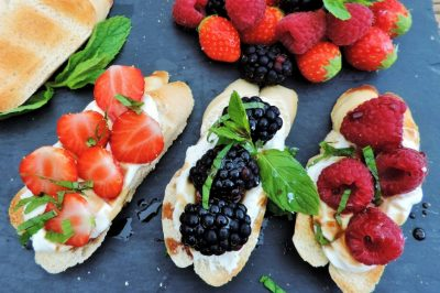 zoete crostini met zomerfruit