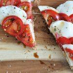 Open sandwich met tomaat en mozzarella
