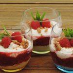Romig dessert met frambozen en rabarber
