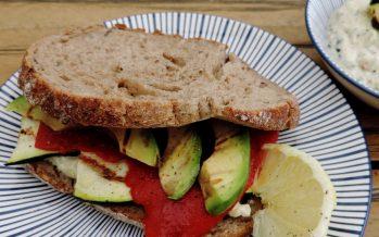 Sandwich gegrilde groenten met courgette spread