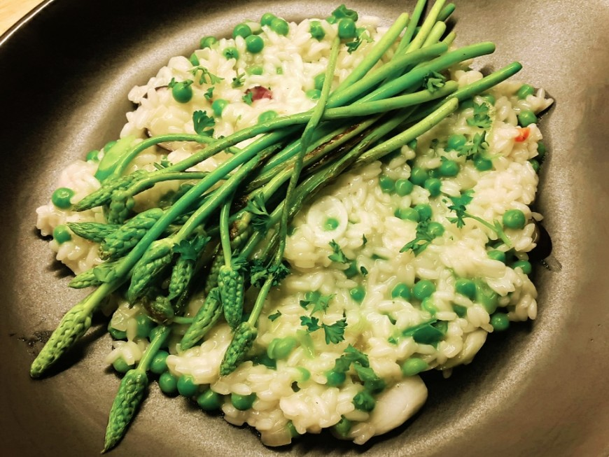 Wilde asperges en erwten risotto