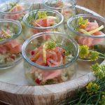 Couscous hapjes met gerookte zalm; In hergebruikte glaasjes