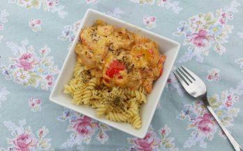 Kip ovenschotel, kip en groente onder een kaaskorstje