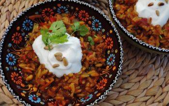 Pilav van pasta ('vogeltongetjes') met kip en veel groenten