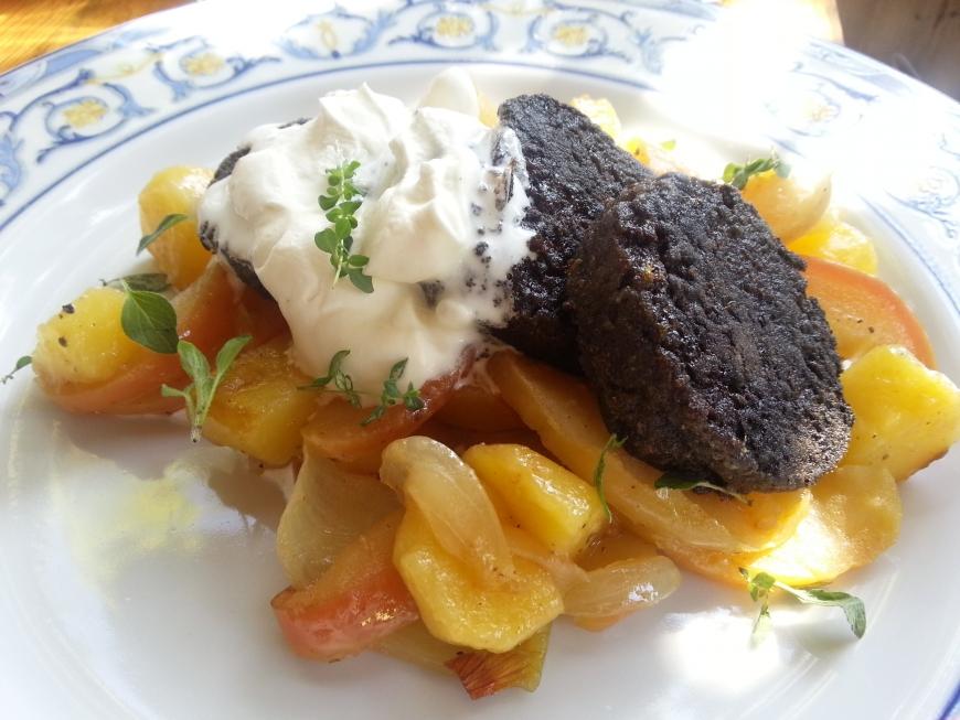 Aardappelschotel met bloedworst en appel