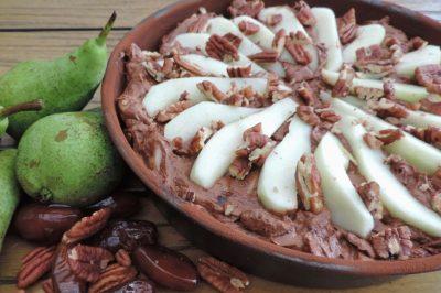 Recept: Chocoladecake met peren, dadels en pecannoten