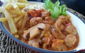 Gehaktballetjes in Provençaalse saus met frietjes; Kinderfavoriet!