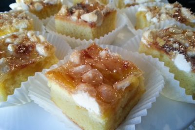 Plaatcake-met-courgetetjam-papiertjes