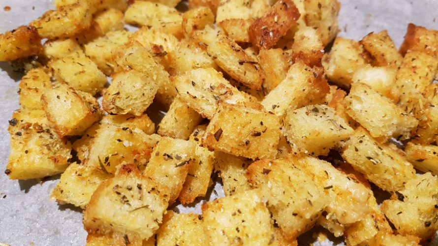 Croutons voor soep of salade; zo makkelijk zelf te maken