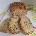 Hartige cake; gevuld met ham, kaas, bacon en olijven