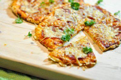 Pizza-hawaii-en-salami-close-up-salami