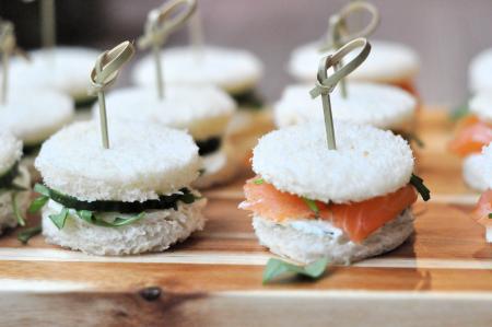 mini sandwiches zalm en komkommer