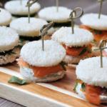 Mini sandwiches met zalm of komkommer