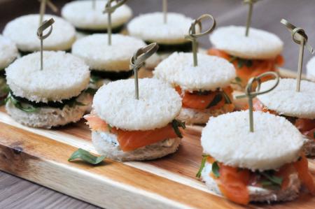 mini sandwiches zalm en komkommer plank