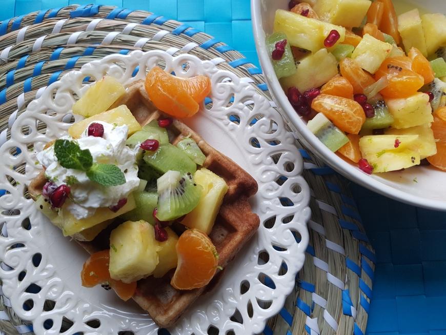 winterse fruitsalade op een bananenwafel | lekker tafelen