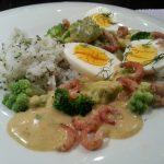 Kerrie eieren ragout met verse groenten en garnalen