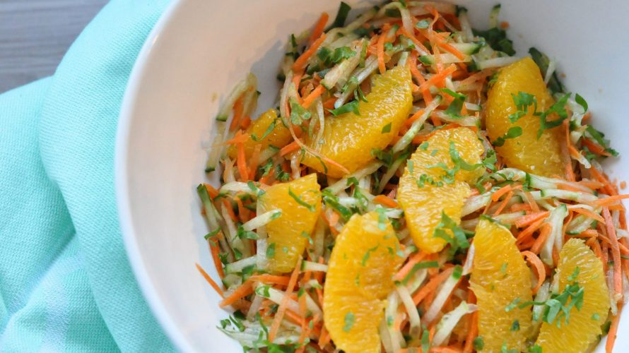 Rauwkost van komkommer, wortel en sinaasappel