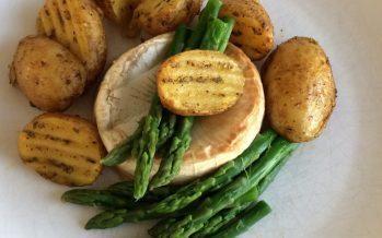 Geiten camembert en aardappeltjes uit de oven met groene asperges