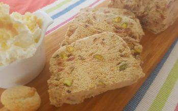 Rabarberparfait met amarettistukjes en pistachenoten