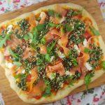 Pizza met gerookte zalm en geitenkaas