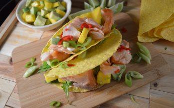 Taco's gevuld met zalm en mangosalsa