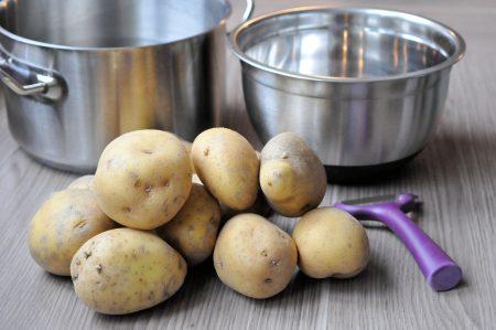 Aardappels koken pan schaal en aardappelen