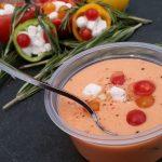 Koude tomatensoep met knoflook crumbles