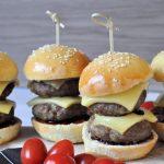 Cheeseburger sliders; kleine hamburgertjes van de BBQ