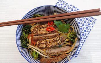 Oosterse wokschotel met broccoli