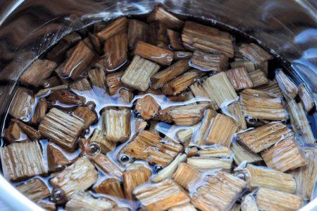 Bierblik kip van de barbecue rookhout weken