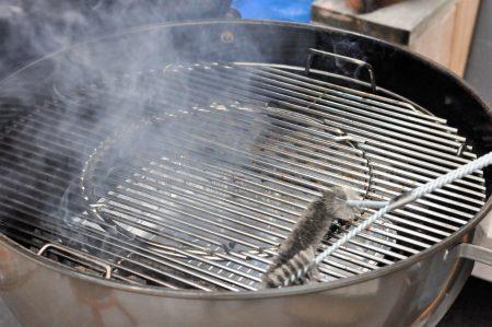 Bierblik kip van de barbecue voorbereiden rooster