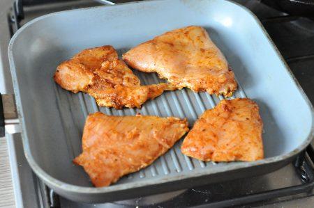 Dit broodje gegrilde kip met zelfgemaakte slasaus is een heerlijke burger met verse ingrediënten. En ook de specerijenmix voor de kip maken we zelf.