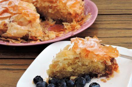 Filodeeg gevuld met cake en bosbessen