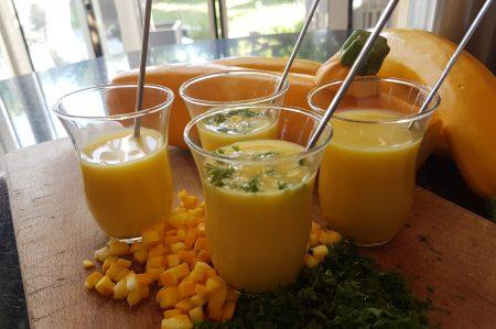 koude soep van gele courgette