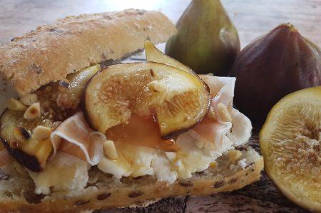 Belegde broodjes - geitenkaas - parmaham - vijgen - honing
