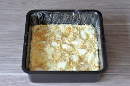 Appelplaatkoek met amandel in de bakvorm