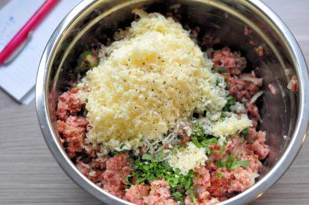 Gehaktbrood met verse kruiden vers geraspte kaas