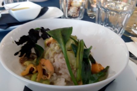 Poke bowl met mossels en lamsoren