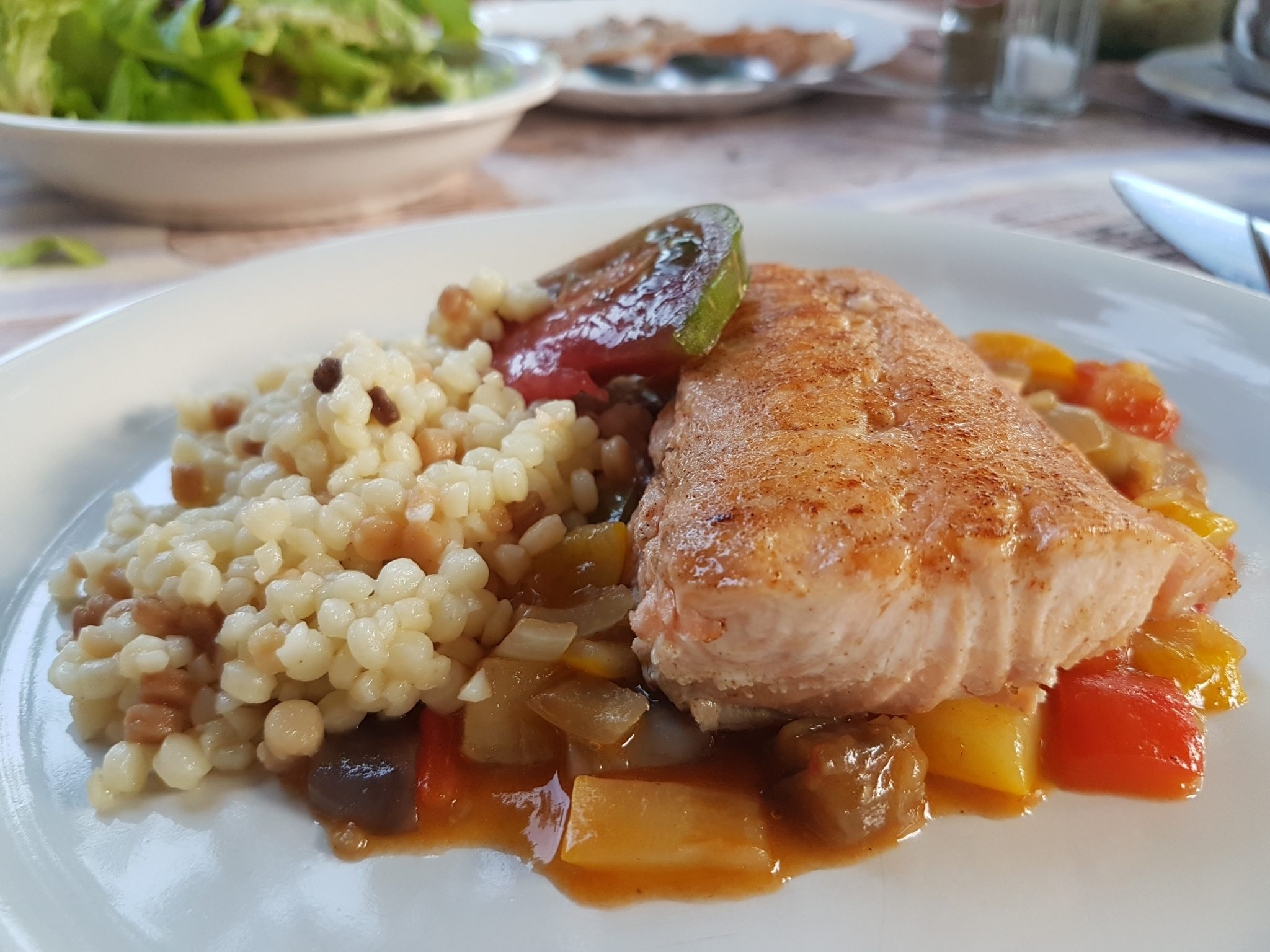 Zalm op een bedje van ratatouille en fregula tostata fina