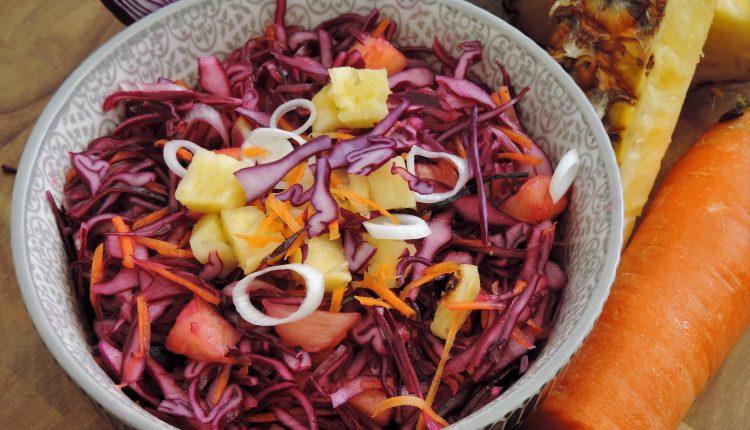 Fris zoete rode kool salade met ananas
