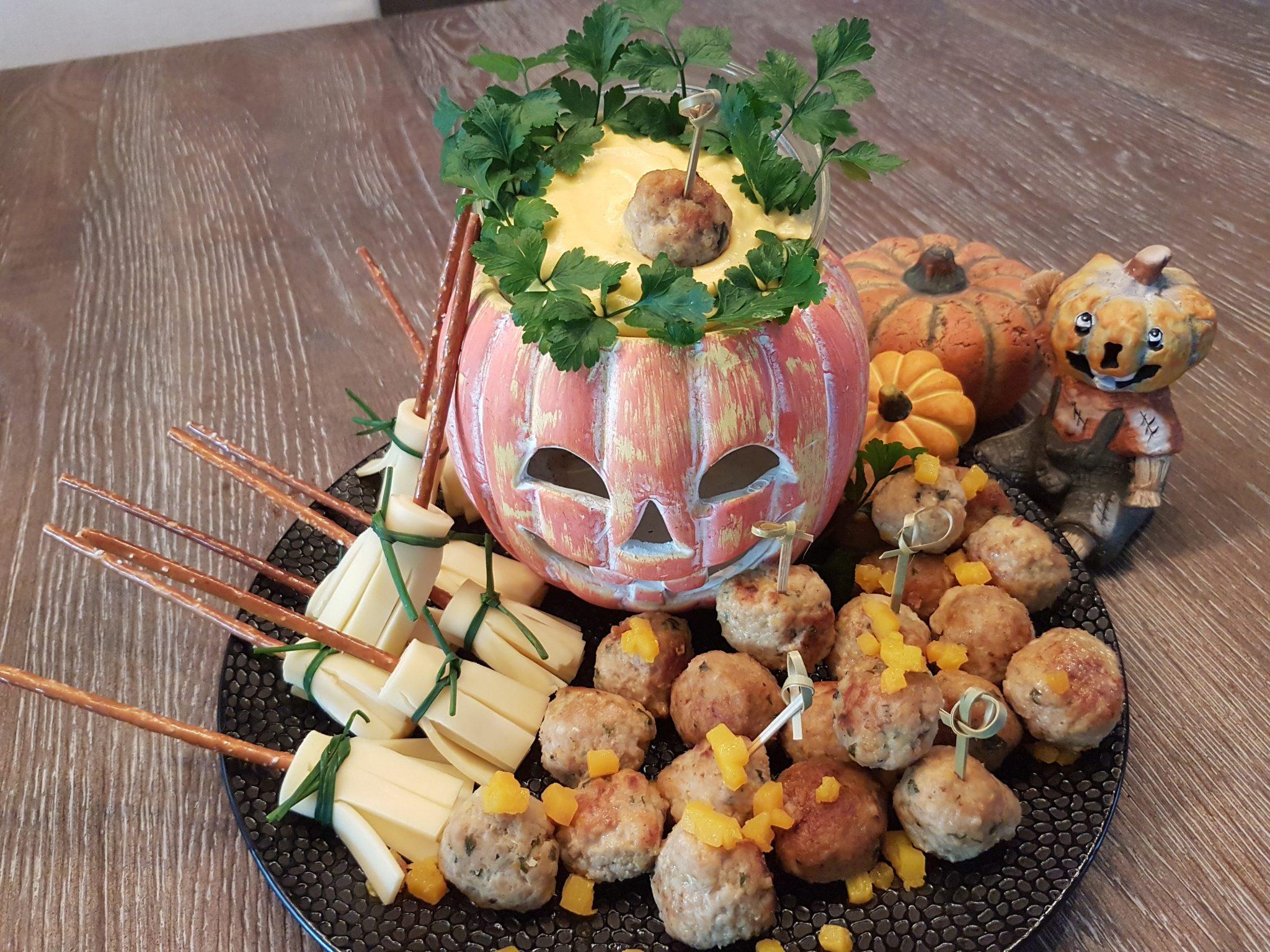 Halloweenhapjes - bezemstelen met gehaktballetjes en pompoendip