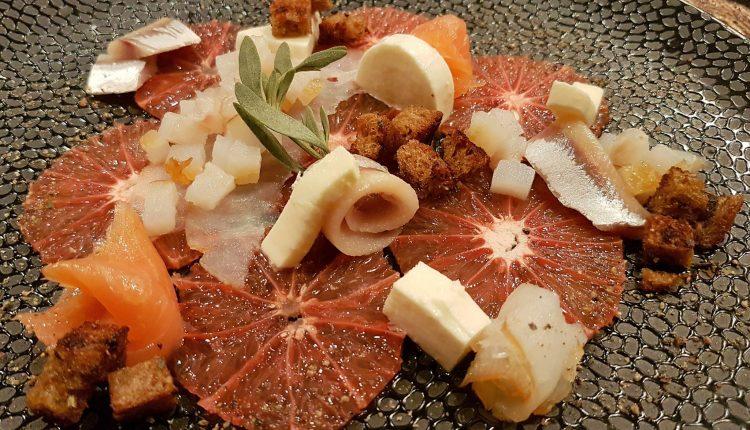 Carpaccio van rode grapefruit en gerookte vis