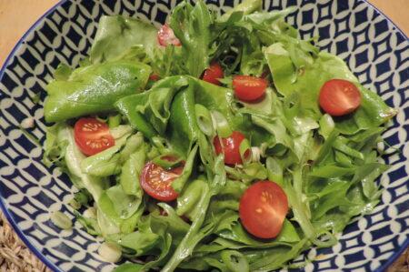 groene salade met kerstomaatjes en klassieke vinaigrette