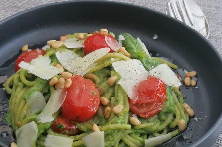 spaghetti met een saus van avocado en spinazie